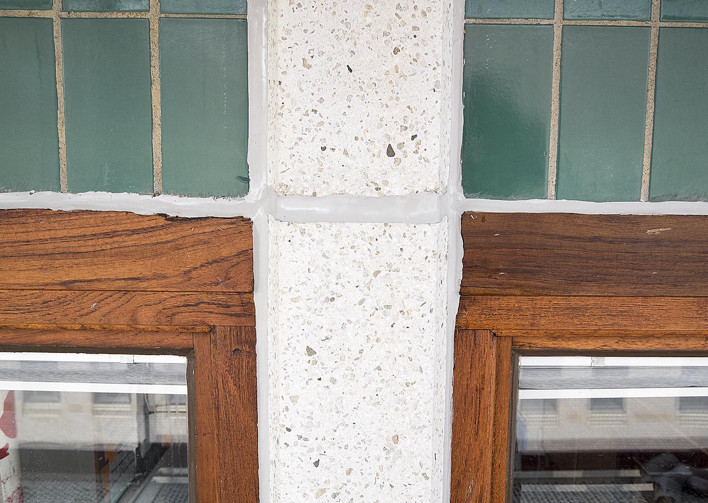 Tidstypiska detaljer. Det gröna kaklet blir ännu vackrare tillsammans med det ursprungliga, oljade, träet.