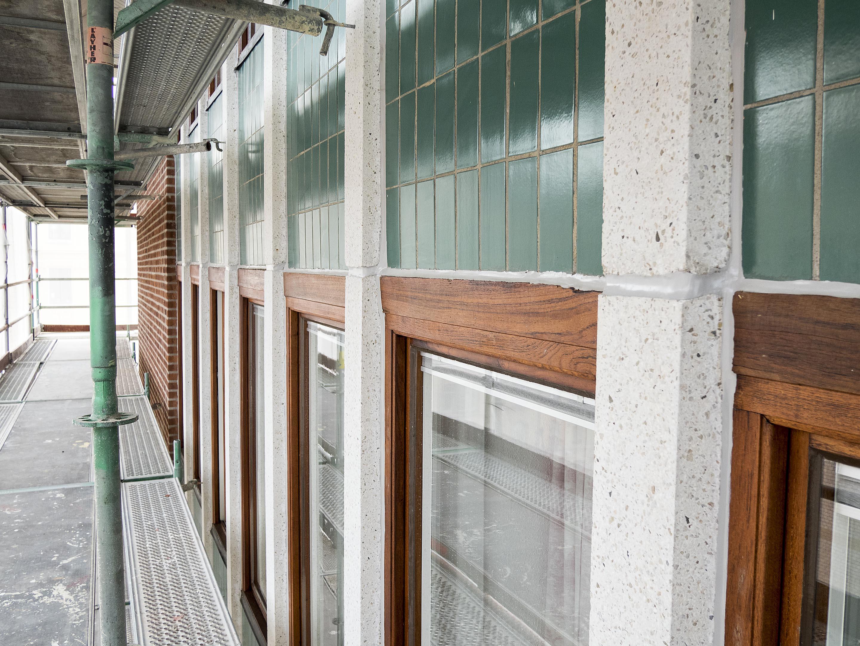 Teakfönster och smaragdgrönt fasadkakel på Södra vägen/Berzeliigatan
