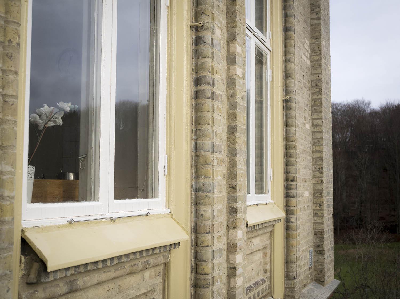 Renoverade fönster på Floda säteri