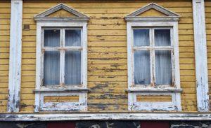 Färg som flagnar på fönster och fasad