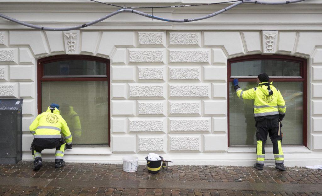 Fönsterhantverkare från Kålltorps Glasmästeri, Kinesiska konsulatet i Göteborg
