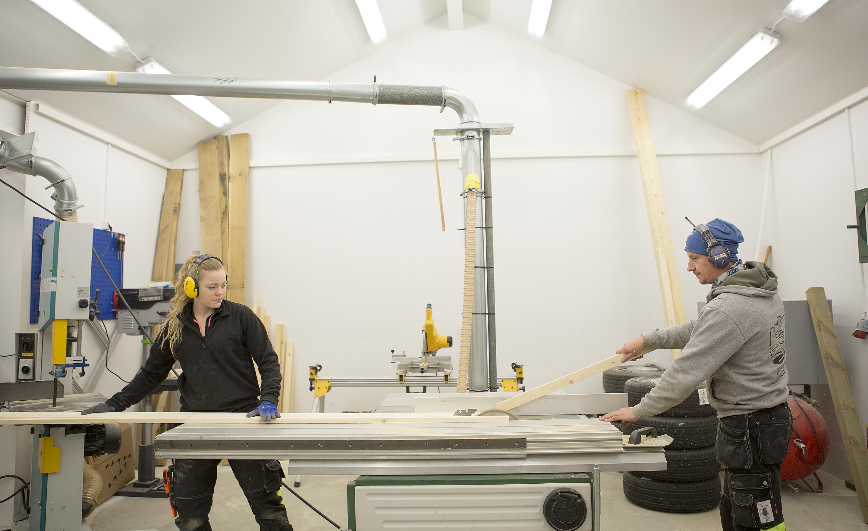 Fönsterhantverkare arbetar i snickeriet, Kålltorps Glasmästeri