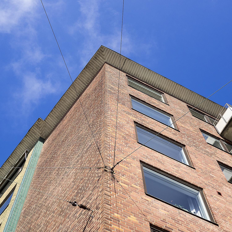 Fasad mot Södra Vägen-Berzeliigatan. Den svartnade täcklasyren ska ersättas av teakbrunt när karmar och bågar oljas i åtta lager.
