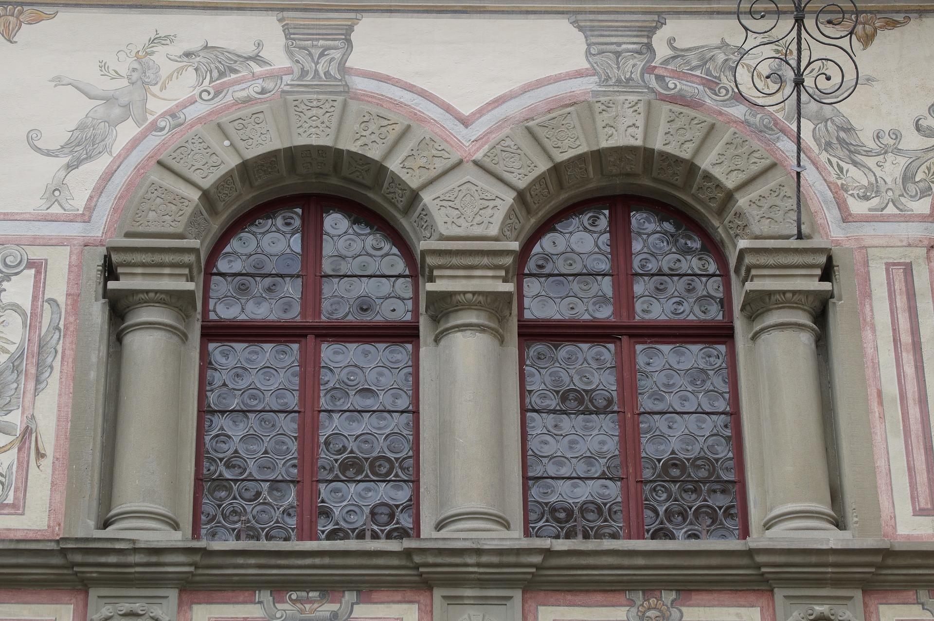 Handblåsta, runda fönster